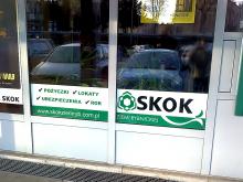 Oklejenie szyby w placówce SKOK